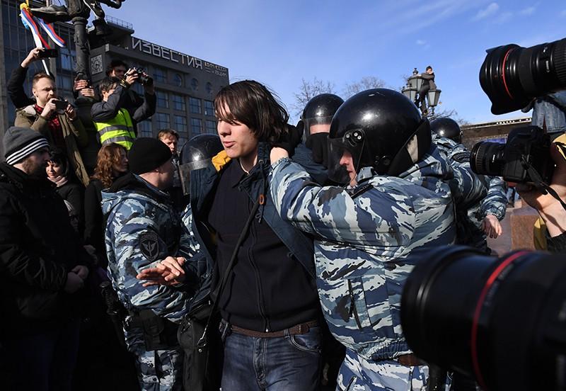 Сотрудники полиции и участники несанкционированной акции