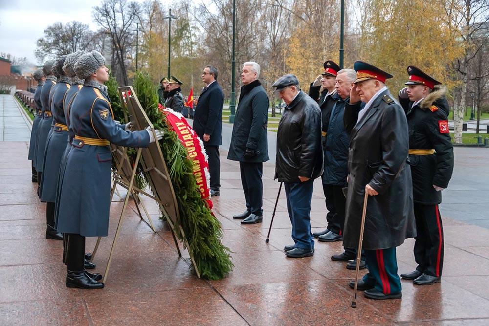 Сергей Собянин возлагает венки к могиле Неизвестному солдату
