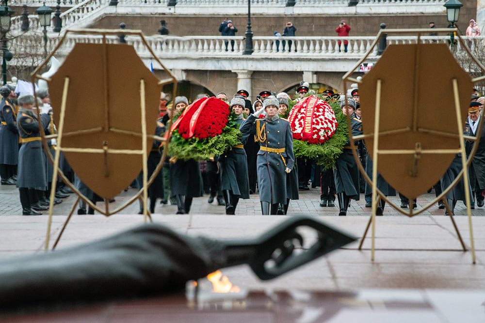 Церемония возладжения цветов к могиле Неизвестному солдату