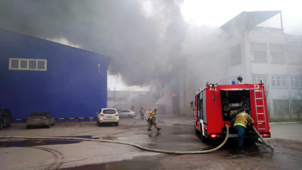 Пожарные на месте возгорания в промзоне
