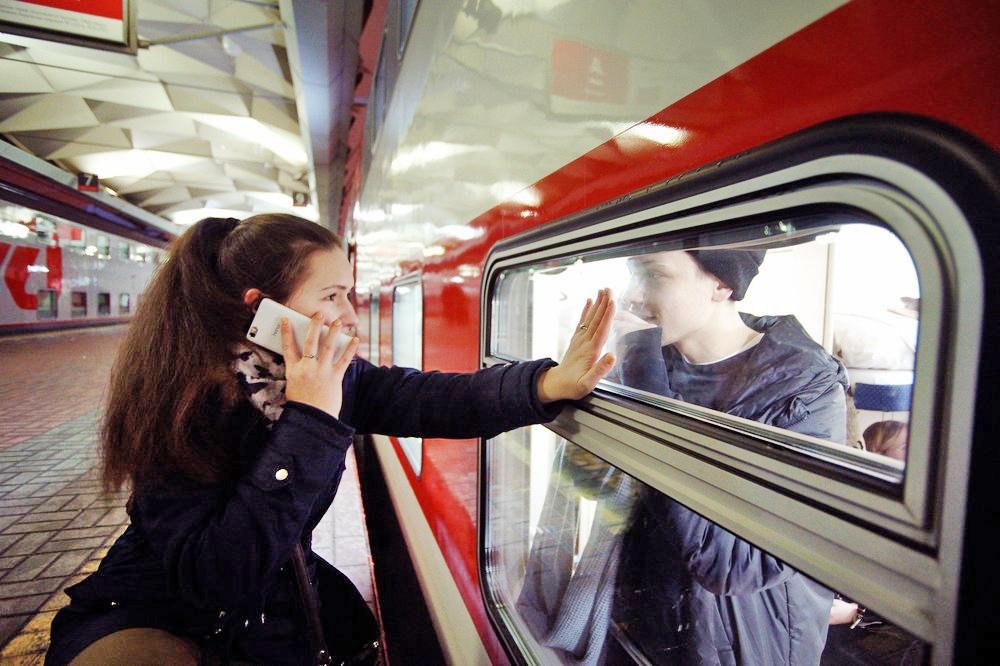 Пассажиры возле дальнего поезда