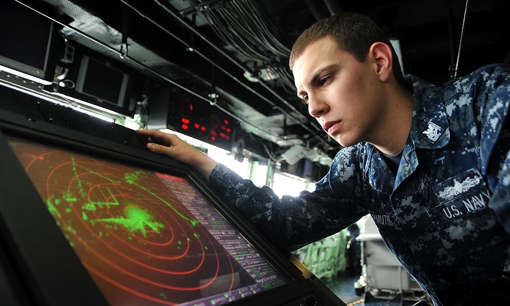 Военнослужащие армии США следят за радарами