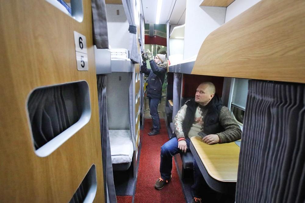 Пассажиры поезда в плацкартном вагоне
