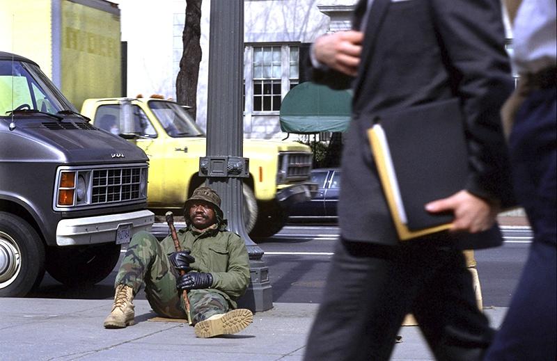 Бездомный на улице в США
