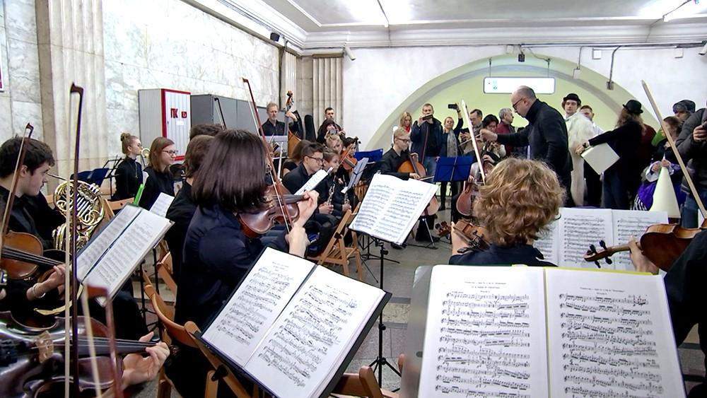 Оркестр в переходе метро