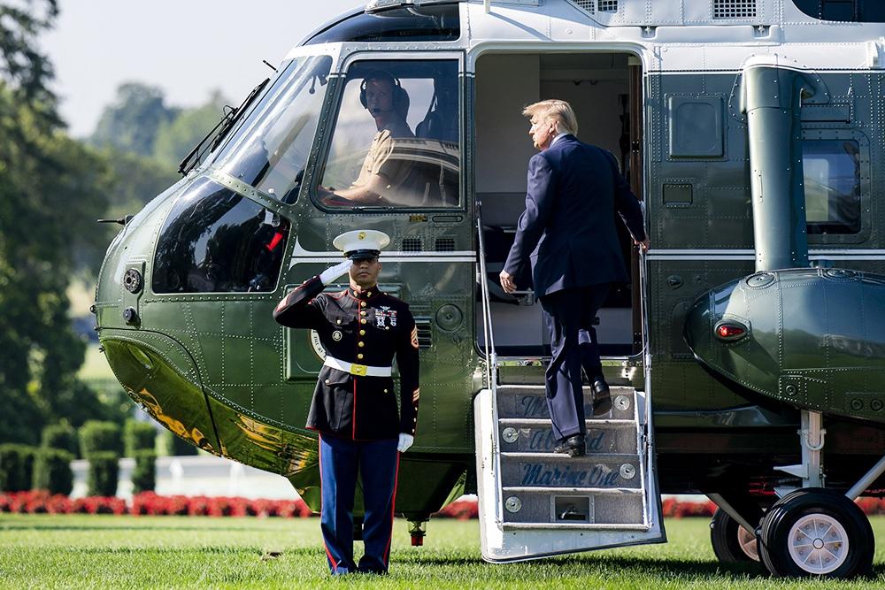 Дональд Трамп заходит в вертолет