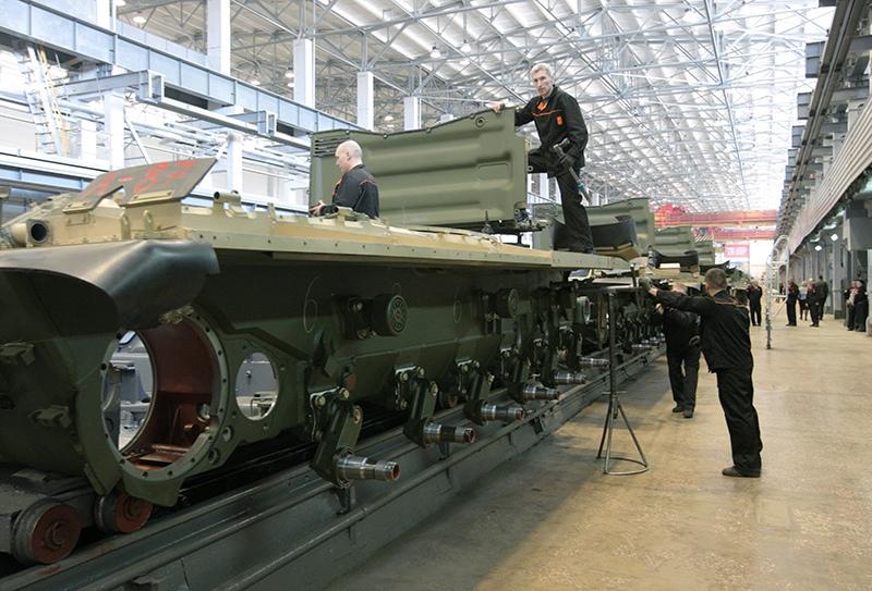 Сборка танков в производственном цехе