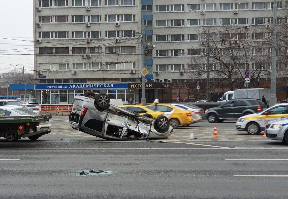 Последствия ДТП с участием трех легковых автомобилей на Ленинском проспекте