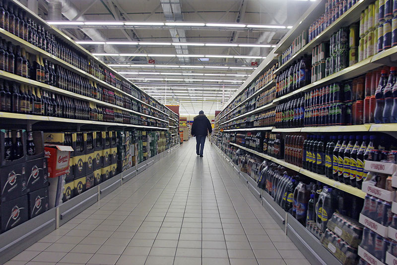 Покупатель в отделе с алкогольной продукцией