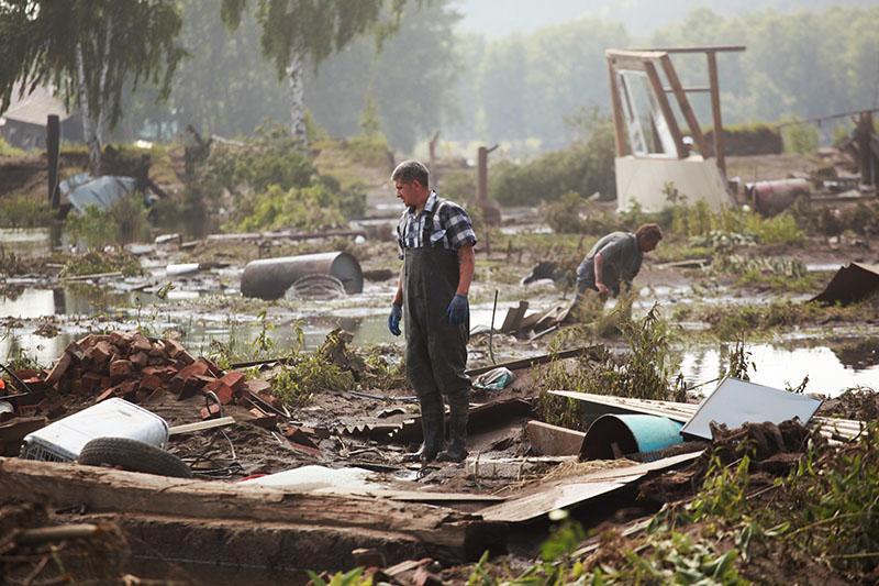 Жители в городе Тулун в Иркутской области, пострадавшем от паводка
