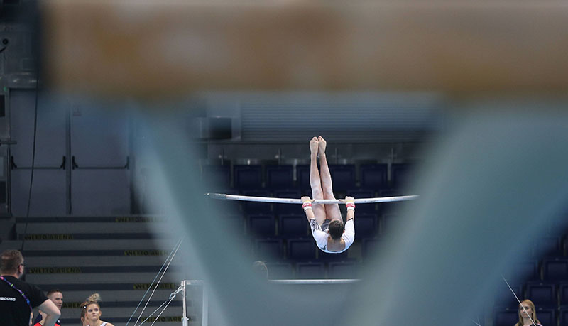 Гимнастка выполняет упражнение