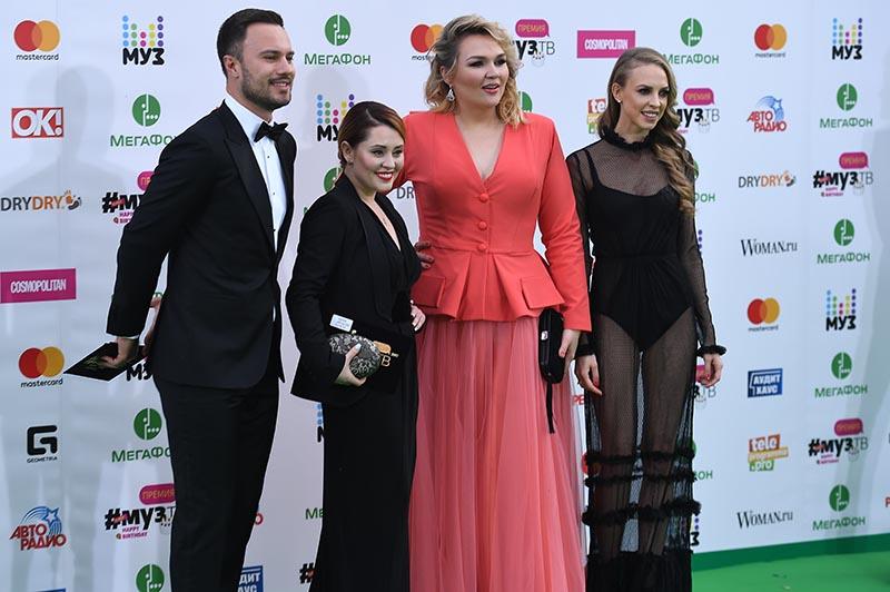 Актрисы, участницы шоу Comedy Woman Надежда Сысоева, Надежда Ангарская и Мария Кравченко (справа налево)