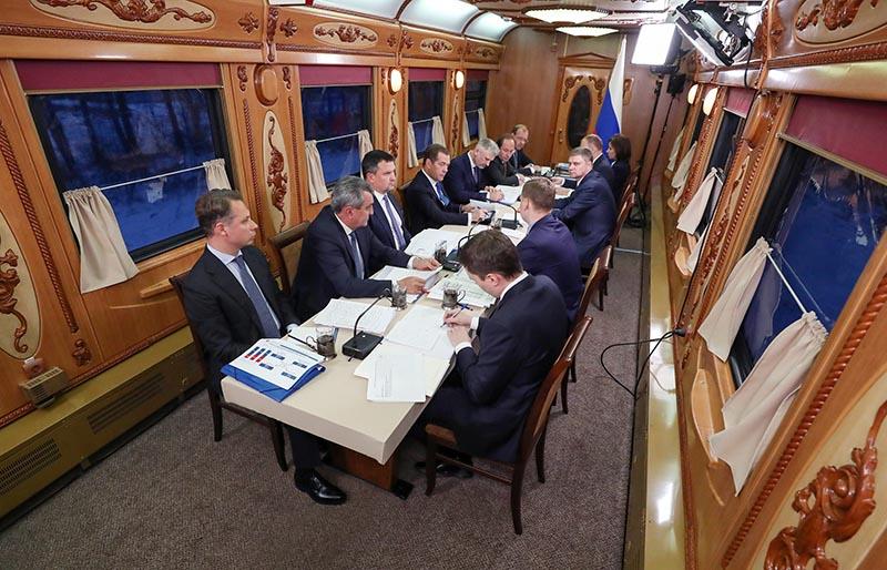 Дмитрий Медведев проводит совещание в поезде
