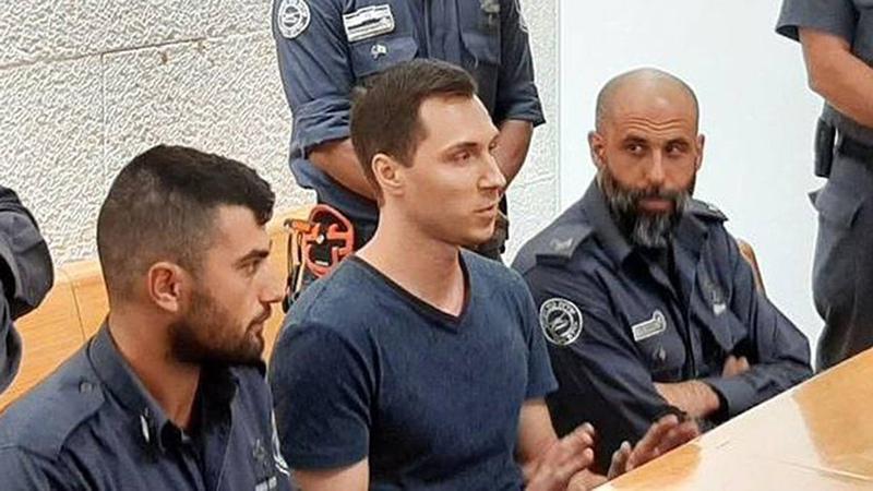 Россиянин Алексей Бурков в окружении израильских правоохранителей