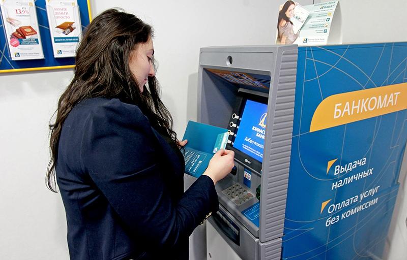 Женщина собирается совершить операцию по банковской карте