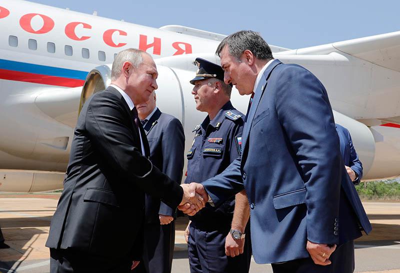Владимир Путин во время встречи в аэропорту в Бразилии