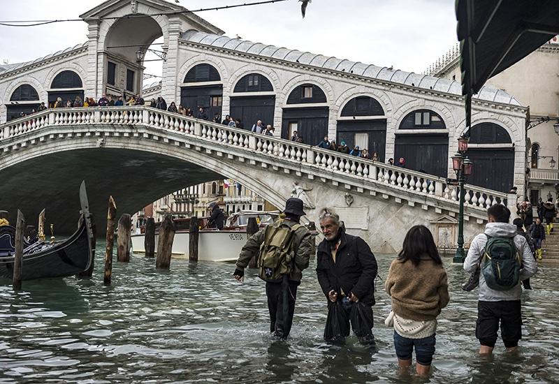 Прохожие в Венеции во время наводнения