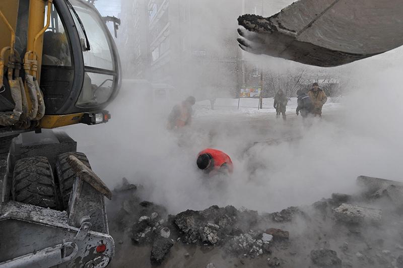 Сотрудники коммунальных служб проводят аварийно-ремонтные работы