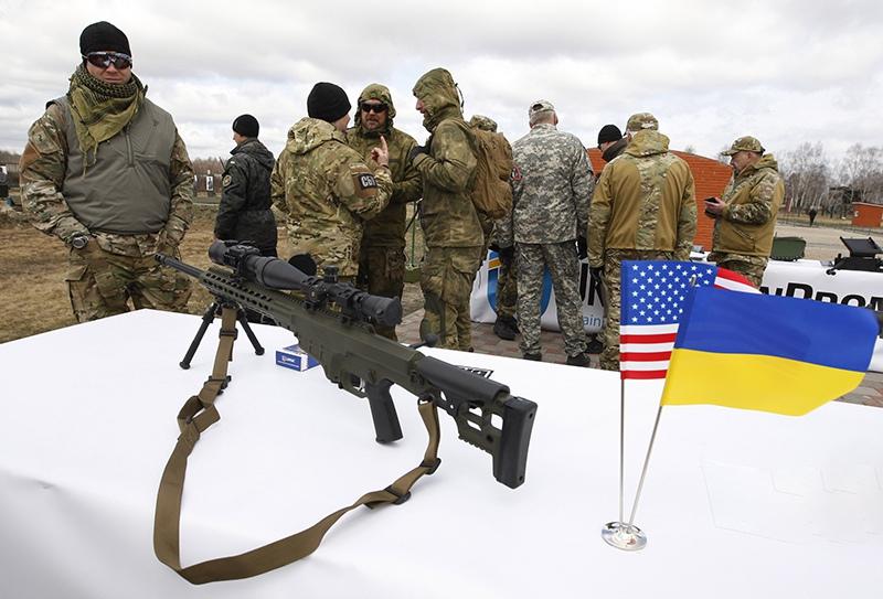Украинские военные осматривают вооружение США
