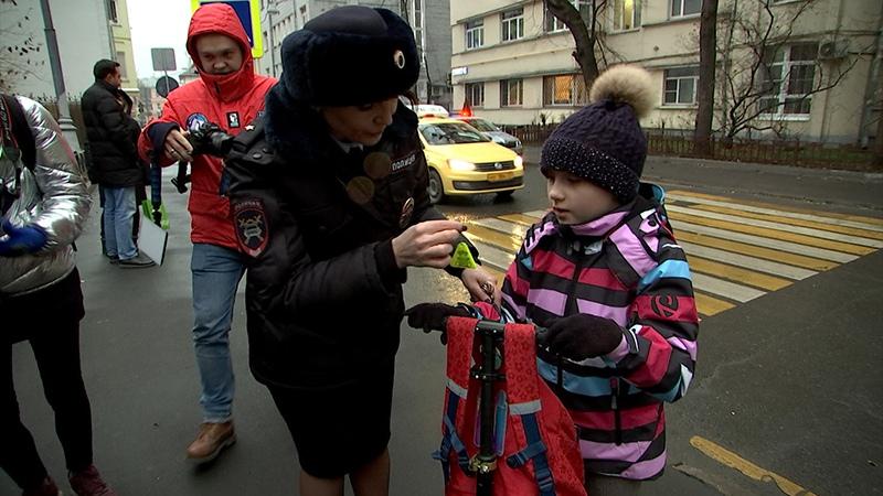 Московским детям в честь праздника вручили светоотражатели