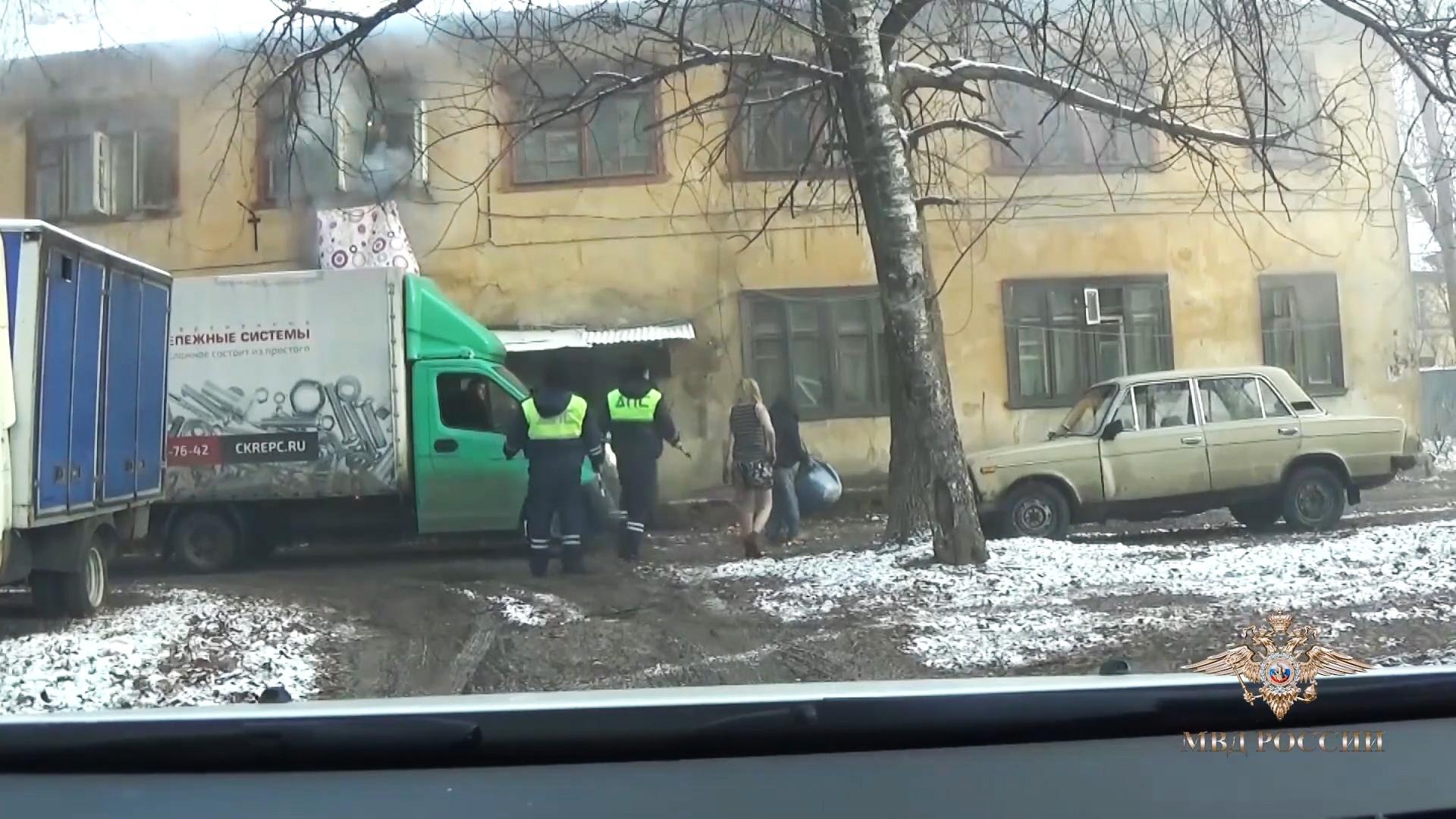 Сотрудники ДПС спасли людей из горящего дома в Подмосковье