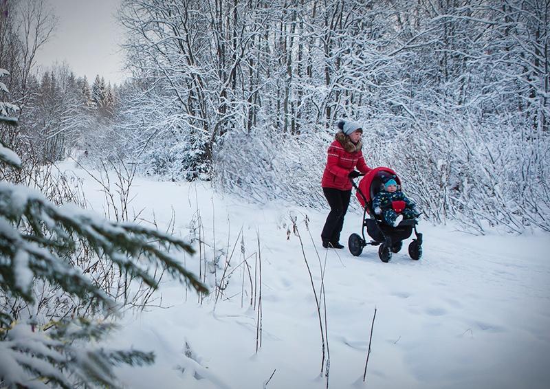 Женщина с ребенком в парке