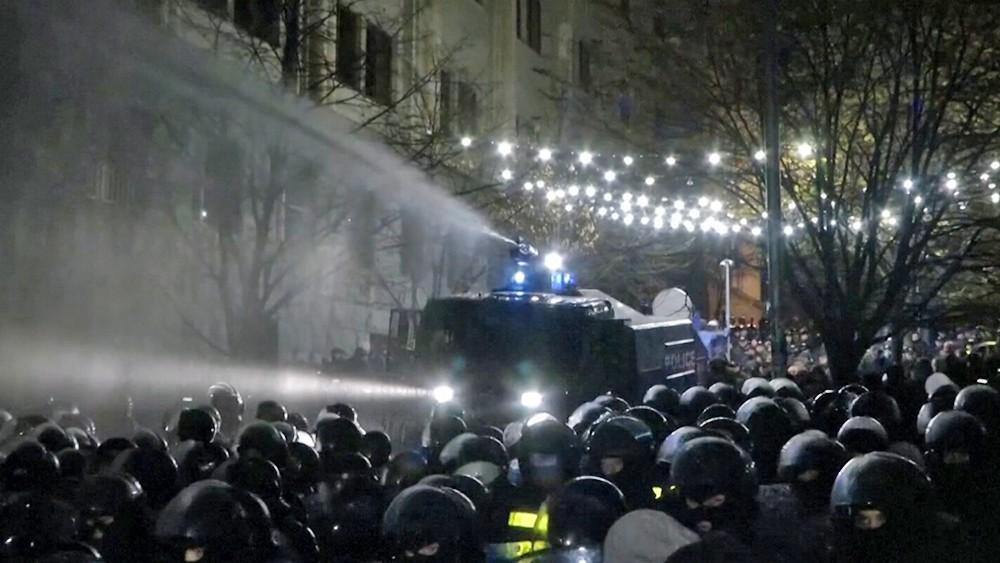 Спецназ разгоняет акцию оппозиционеров у здания парламента Грузии