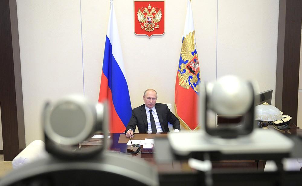 Владимир Путин принимает участие в режиме телемоста