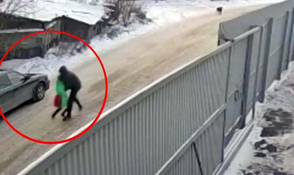 Педофил похищает девочку
