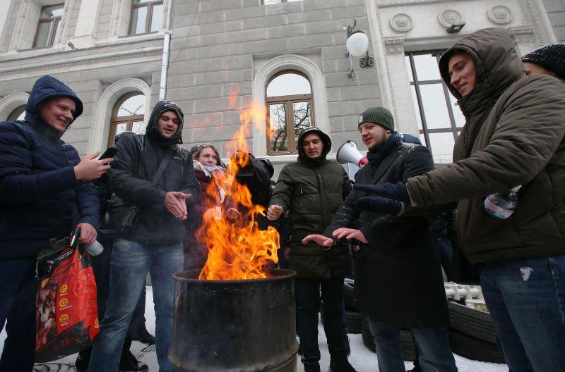 """Украинцы греются у офиса """"Нафтогаза"""""""