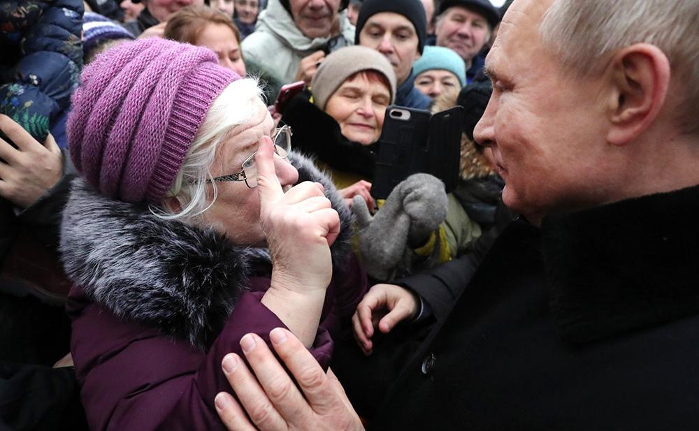 Владимир Путин общается с жителями Санкт-Петербурга