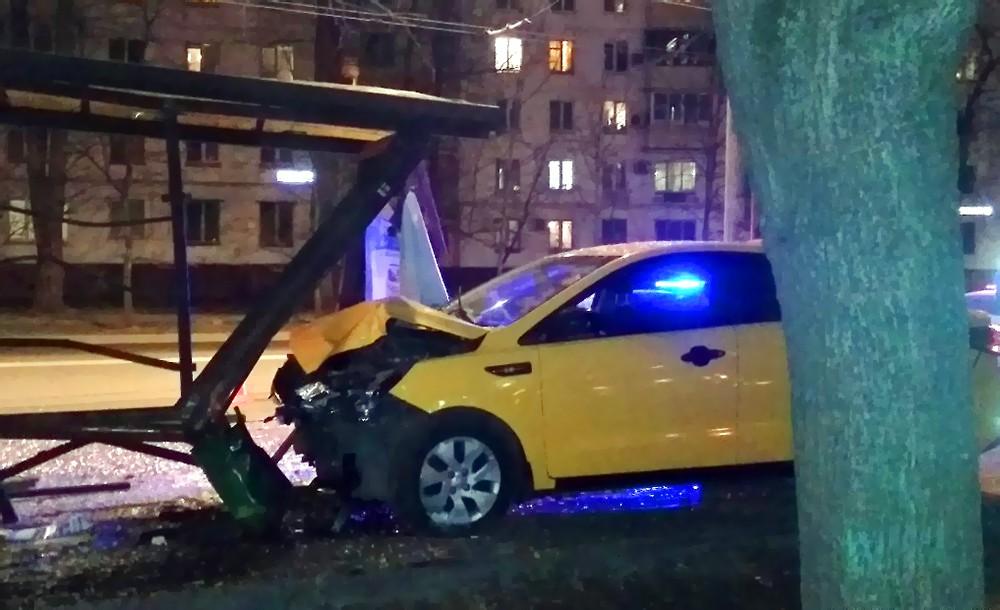 Такси протаранило остановку