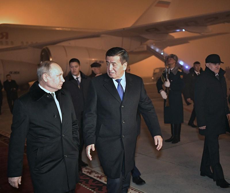 Владимир Путин и президент Киргизии Сооронбай Жээнбеков во время церемонии встречи в аэропорту Бишкека