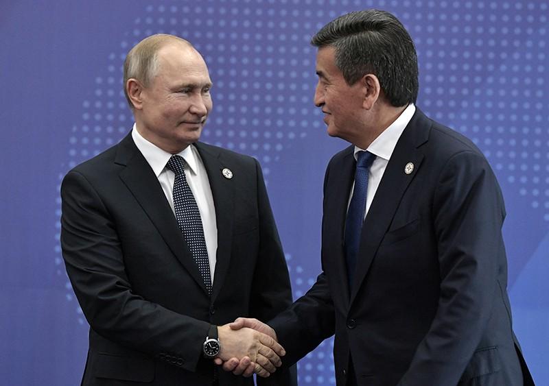Владимир Путин на церемонии приветствия и президентом Киргизии Сооронбаем Жээнбековым