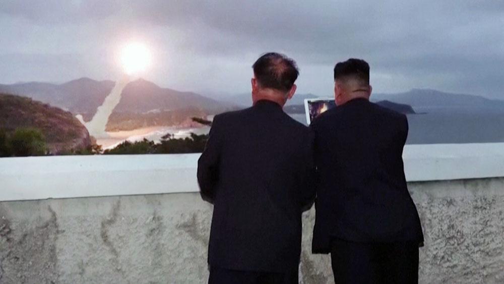 Ким Чен Ын наблюдает за пуском ракеты