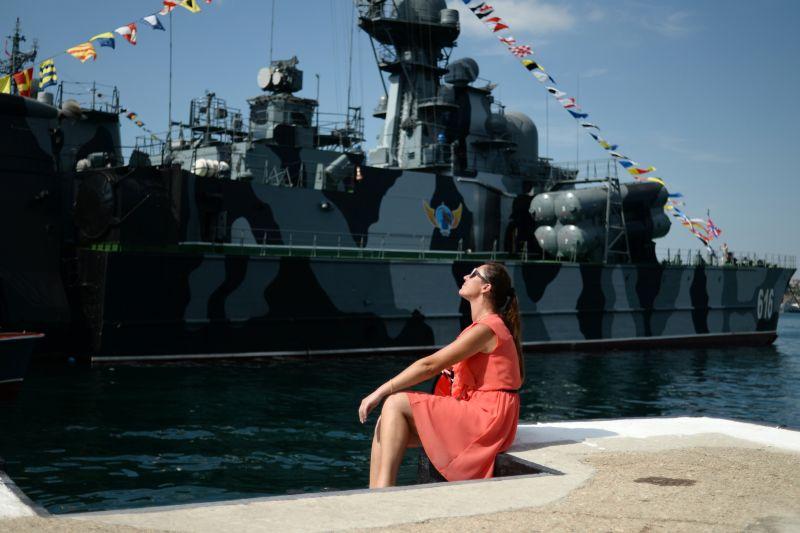 Девушка на набережной Севастополя