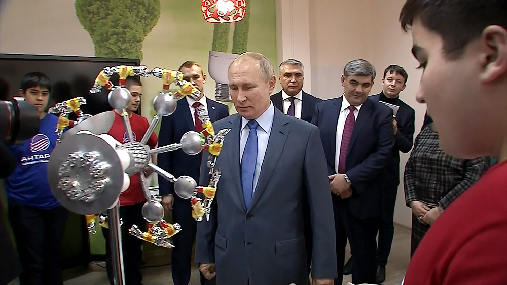 """Владимир Путин посетил детский технопарк """"Кванториум"""""""