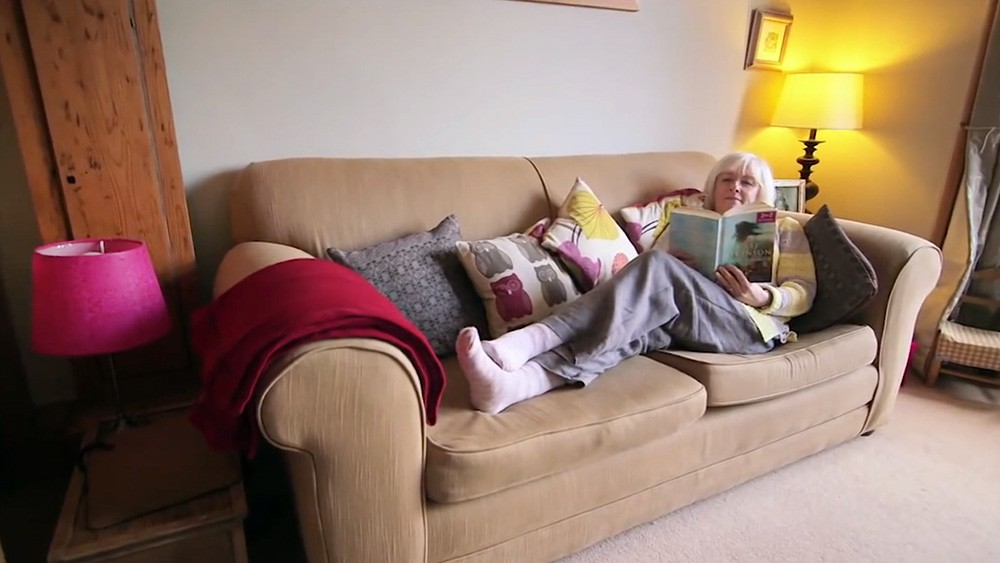 Жена на диване