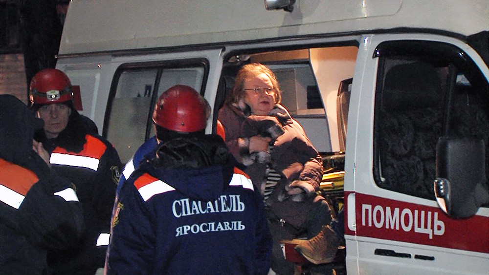 Спасатели МЧС и врачи скорой помощи