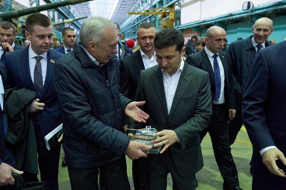 Владимир Зеленский во время посещения завода оборонного комплекса