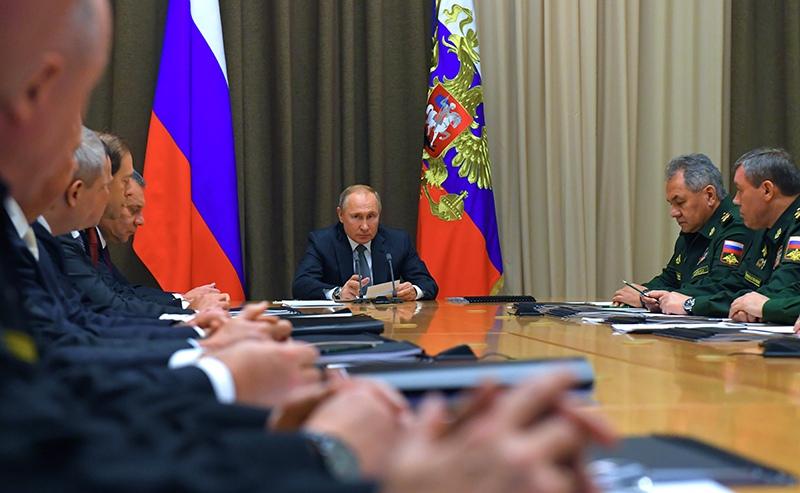 Владимир Путин проводит совещание по вопросам военного строительства и развития военно-промышленного комплекса