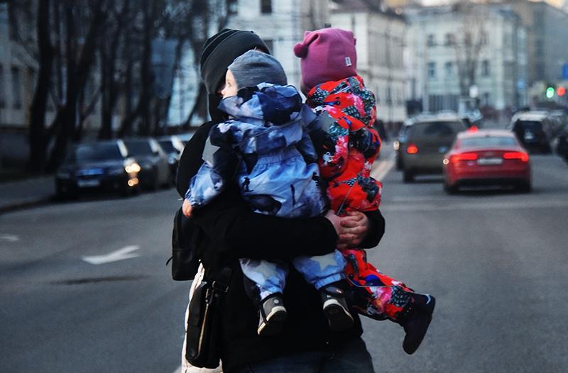 Женщина с двумя детьми