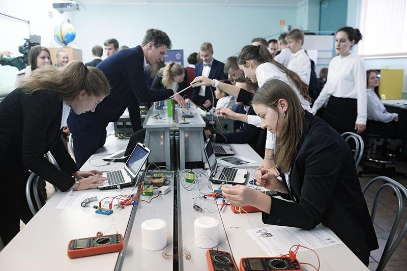 Ученики на занятии в инженерном классе московской школы