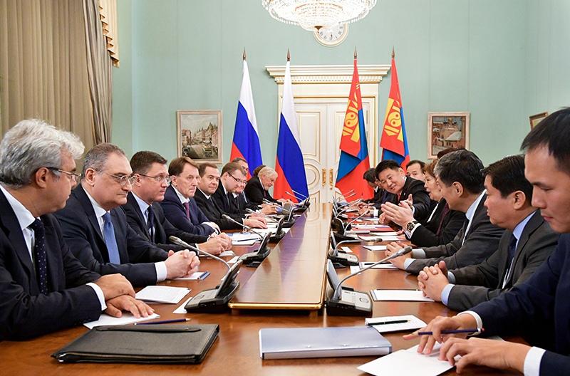 Дмитрий Медведев во время переговоров с премьер-министром Монголии Ухнаагийном Хурэлсухом