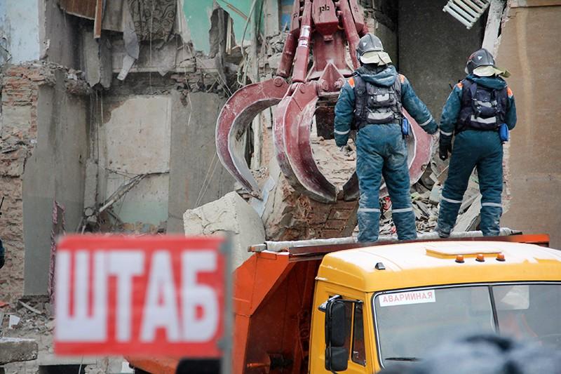 Спасатели МЧС на месте взрыва газа в жилом доме
