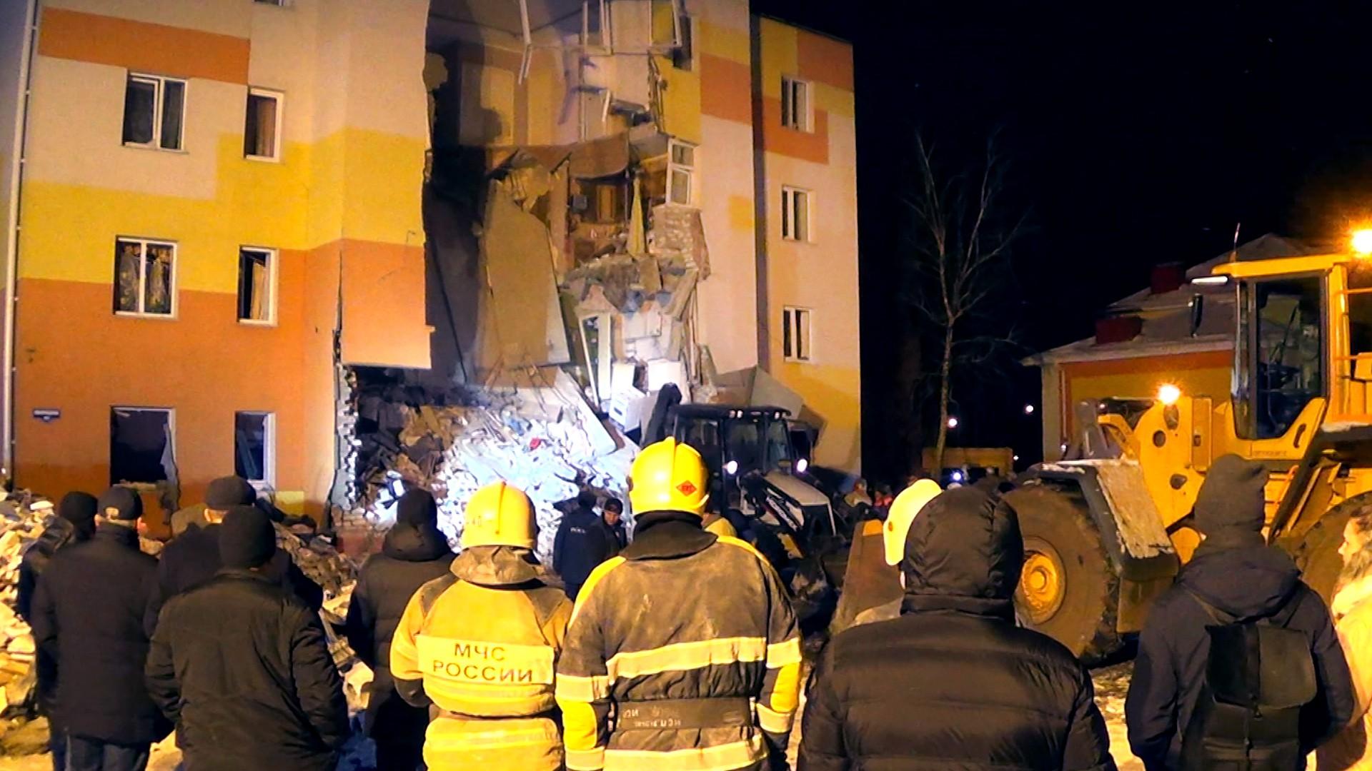 Сотрудники МЧС на месте взрыва газа в жилом доме