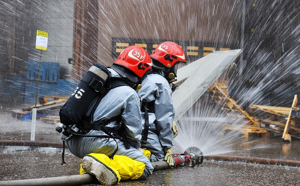 Сотрудники МЧС на месте возгорания