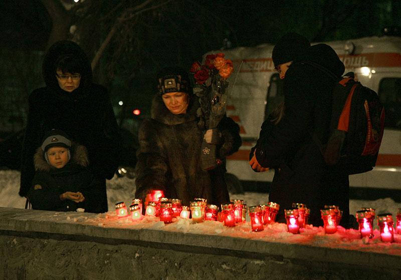 """Жители города Пермь возлагают цветы и зажигают свечи в память о погибших в ночном клубе """"Хромая лошадь"""""""