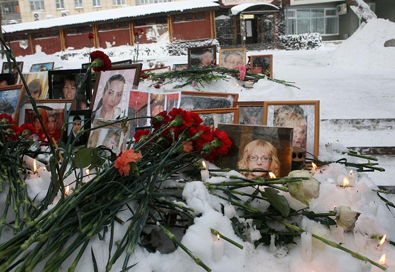 """Фотографии с портретами погибших во время пожара в ночном клубе """"Хромая лошадь"""""""