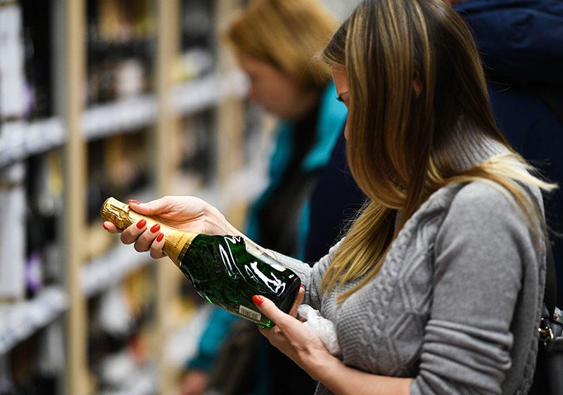 Покупательница выбирает шампанское